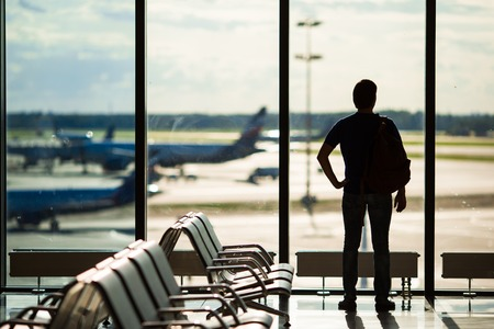 gente aeropuerto: Silueta de un hombre que espera para abordar un vuelo Foto de archivo