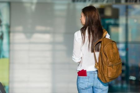 passeport: Femme heureuse avec billet d'avion à l'aéroport d'attente pour le vol