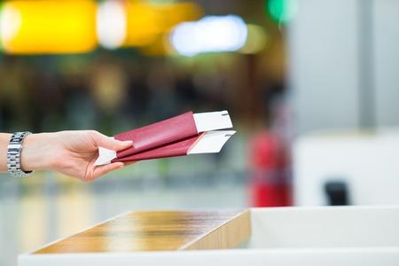 pasaporte: Primer plano de las manos femeninas con pasaporte y tarjeta de embarque en el aeropuerto