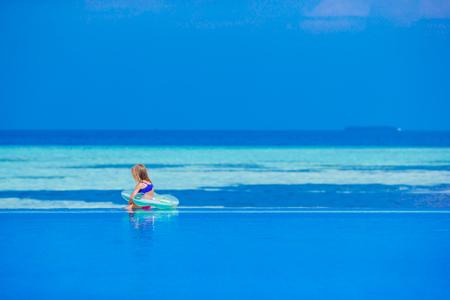ni�as peque�as: ni�a disfruta de las vacaciones en la piscina
