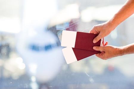passeport: Gros plan passeports et cartes d'embarquement à l'aéroport intérieure