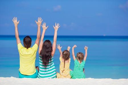 vacaciones en la playa: Hermosa familia feliz en vacaciones de playa tropical Foto de archivo