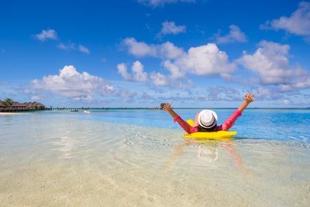 Joven mujer feliz ingenio relajante playa amarilla Foto de archivo