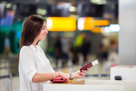 pasaporte: Mujer feliz con el billete de avión en el aeropuerto a la espera para el vuelo