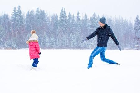 palle di neve: Happy palle di neve gioco famiglia nel giorno di neve d'inverno