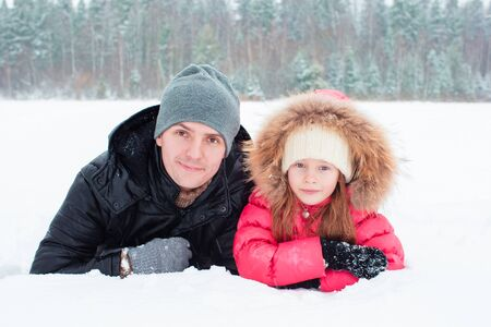 palle di neve: Happy family playing snowballs in the winter snowy day