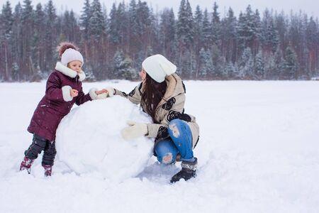 neve palle: Happy palle di neve gioco famiglia nel giorno di neve d'inverno