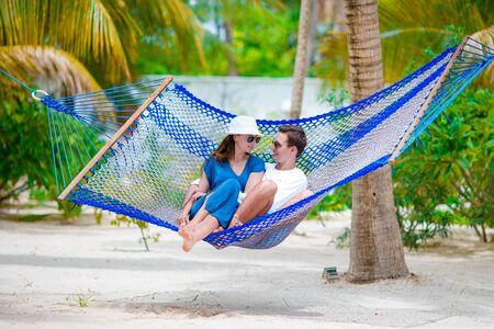 hamaca: pareja de jóvenes amantes en una hamaca en el centro turístico exótico