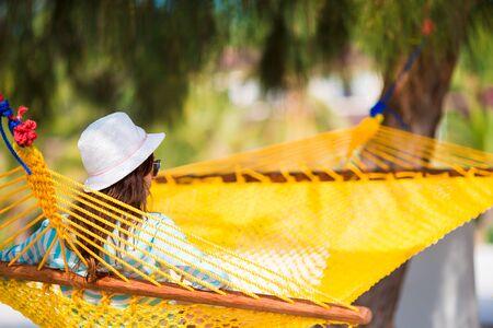 hamaca: Mujer que se relaja en la hamaca en vacaciones tropicales Foto de archivo