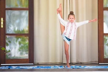 position d amour: Petite fille en position du lotus � l'ext�rieur pendant des vacances tropicales