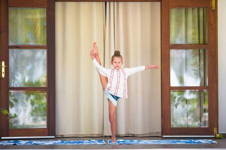 position d amour: Petite fille en position du lotus à l'extérieur pendant des vacances tropicales