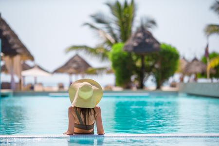 Joven y bella mujer de relax cerca de la piscina Foto de archivo