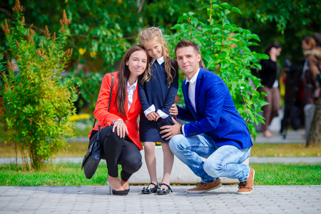 niños saliendo de la escuela: La madre y el padre trae a la pequeña hija a la escuela.