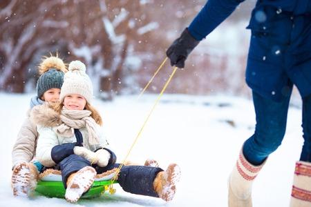 屋外でクリスマスイブに家族の冬の休暇 写真素材