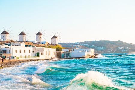 Vecchi mulini a vento tradizionali sulla città di Mykonos.
