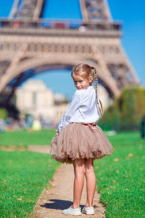 Adorable petite fille près de la tour Eiffel pendant les vacances d'été à Paris Banque d'images