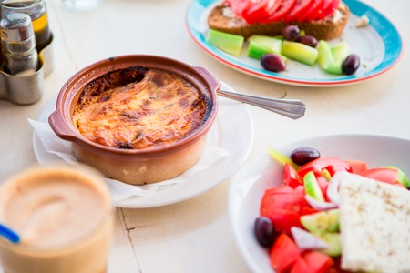 伝統的なランチとおいしい新鮮なギリシャ サラダやフラッペ、屋外カフェで六平
