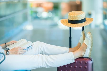 착륙을 기다리는 공항 라운지에서 젊은 여자