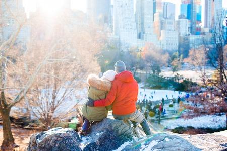 ハッピーカップルは、ニューヨーク市のセントラルパークで有名なスケートリンクの景色を楽しむ