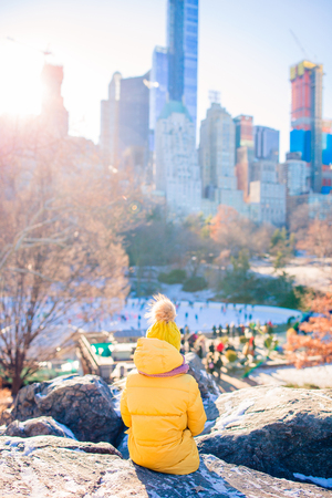 Adorable little girls have fun in Central Park at New York City Imagens