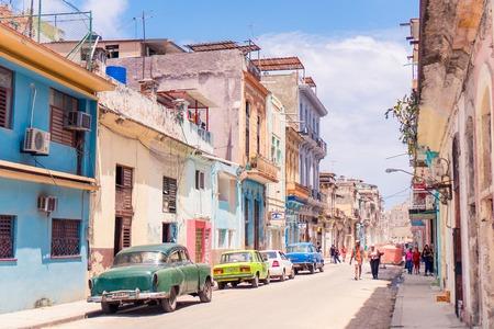 Authentische Aussicht auf eine Straße von Alt-Havanna mit alten Gebäuden und Autos
