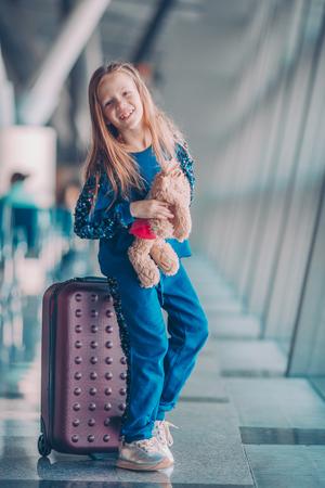 Niño en el aeropuerto esperando el embarque