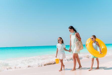 Famille de mère et d'enfants en vacances d'été sur la plage tropicale blanche