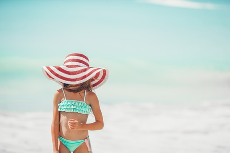 Cute little girl in hat at beach during caribbean vacation Banque d'images - 121255481