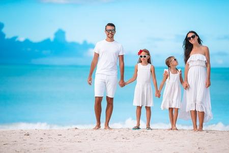 Szczęśliwa piękna rodzina z dziećmi na plaży? Zdjęcie Seryjne