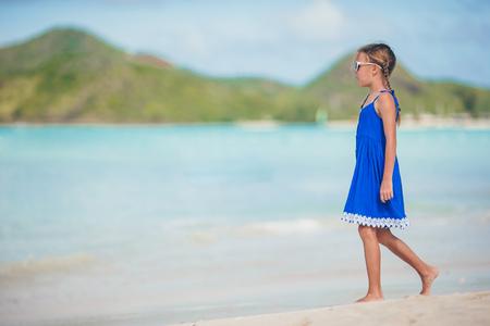 Ritratto di bella ragazza sulla spiaggia ballare