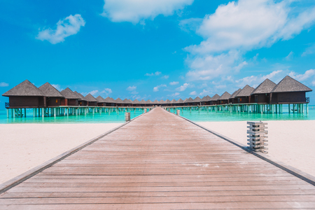 Wasserbungalows und Holzsteg auf den Malediven Standard-Bild