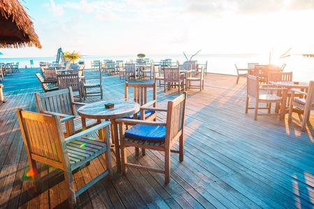 Café al aire libre vacío de verano en una isla exótica a la orilla del mar