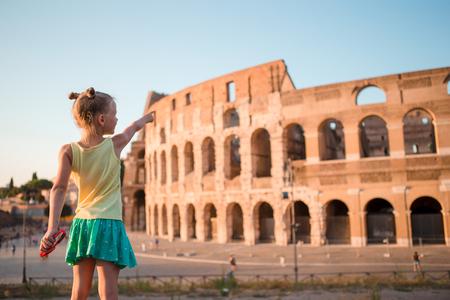 Niña delante del Coliseo en Roma, Italia