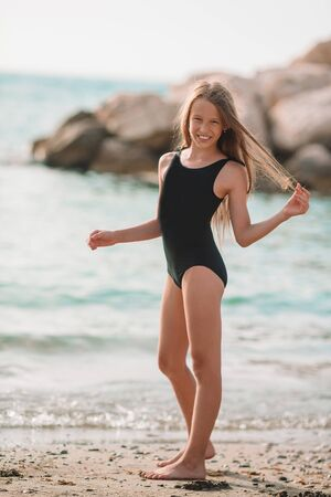 Cute little girl at beach during summer vacation Banque d'images