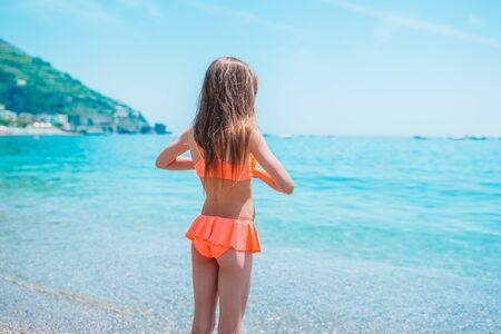 Hermosa niña en la playa en aguas poco profundas Foto de archivo