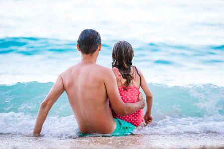 Vater und Tochter genießen Strandurlaub Standard-Bild