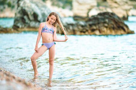Bambina carina in spiaggia durante le vacanze estive Archivio Fotografico