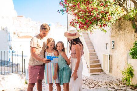 Famiglia di genitori e bambini in vacanza in vacanza europea