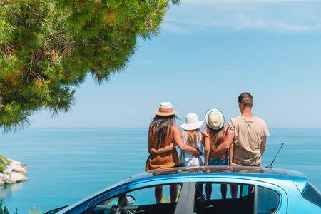 Zomer autorit en jong gezin op vakantie Stockfoto