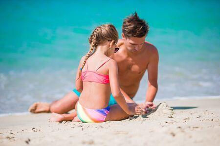 Schöner Vater und Tochter am europäischen Strand