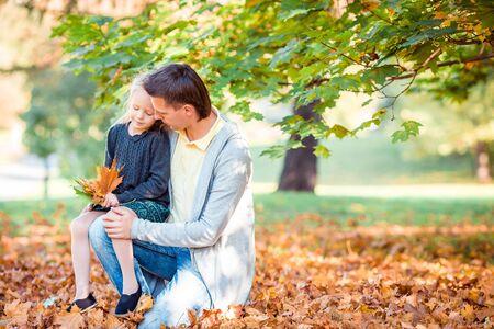 Familie von Vater und Kind am schönen Herbsttag im Park Standard-Bild