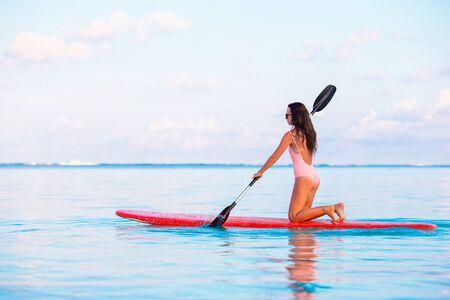 Jeune femme active sur stand up paddle Banque d'images