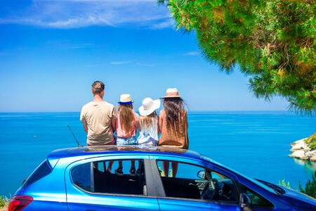 Summer car trip and young family on vacation Stockfoto