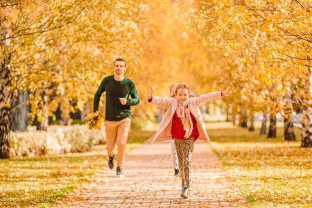 Famille de papa et enfants sur une belle journée d'automne dans le parc