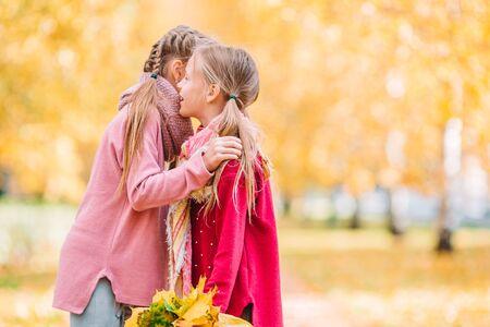 Kleine entzückende Mädchen draußen am warmen sonnigen Herbsttag Standard-Bild
