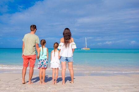 Glückliche Familie am Strand in den Sommerferien Standard-Bild