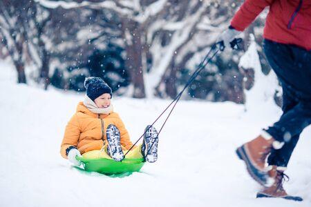 Famiglia di papà e bambini in vacanza alla vigilia di Natale all'aperto