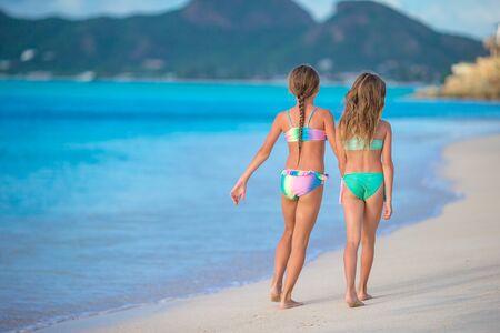 I bambini si divertono molto sulla spiaggia tropicale giocando insieme