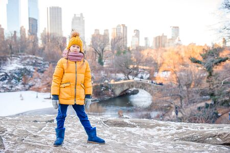 Adorable little girl with view of ice-rink in Central Park on Manhattan in New York City Banque d'images - 133779706