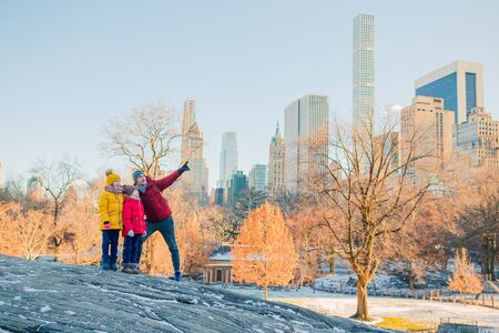 Family of father and kids in Central Park during their vacation in New York City Zdjęcie Seryjne